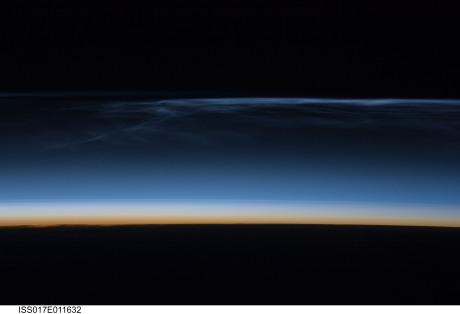 Nubes nocturnas brillantes fotografiadas por la tripulación de la EEI